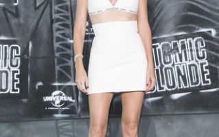 Шарлиз Терон появилась в откровенном наряде на премьере фильма «Взрывная блондинка» в Берлине