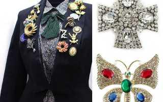 Как носить брошь – крупные, маленькие, винтажные, Шанель, на шапке, шарфе, водолазке, рубашке
