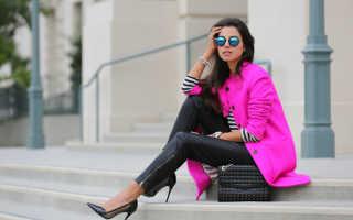 Женское розовое пальто – зимнее, осеннее, нежно, бледно, ярко розовое, какой шарф, обувь, сумка подойдет?