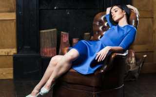 Синее платье-футляр – яркое, темное, с кружевом, без рукавов, с чем носить, обувь, сумка, аксессуары