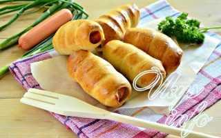 Сосиски в тесте дрожжевом, слоеном и кефирном – рецепты в духовке и на сковороде
